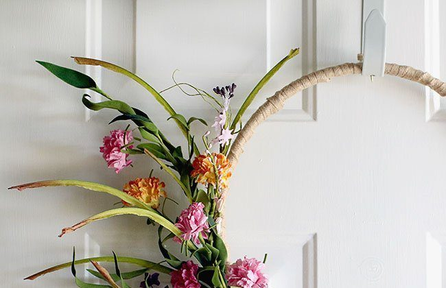 Simple Spring Wreath on a Burlap Wrapped Embroidery Hoop {12 Months of Wreaths}