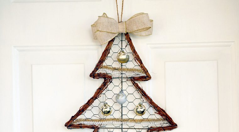 Farmhouse Chicken Wire Christmas Tree Wreath {12 Months of Wreaths}